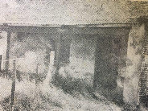 La imagen fotográfica, de una antigua pulperia de Chivilcoy, ya desaparecida, en el curso del tiempo… Felizmente, perdura su recuerdo, a través de la presente estampa, publicada en la primera plana, de «La Voz de Chivilcoy», el jueves 12 de diciembre de 1968.