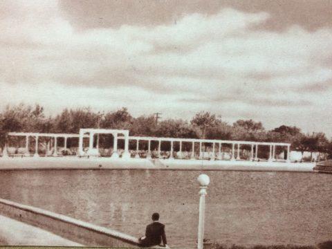 Imborrable postal, de Lago Artificial de Chivilcoy, inaugurado el domingo 18 de febrero de 1940, durante la  administración municipal de Don Generoso Fernando Falivene. En la actualidad, se levantan en dicho lugar, el anfiteatro municipal, inaugurado, el 7 de abril de 2007, bajo la gestión del Dr. Ariel Fabián Franetovich. Dicho Anfiteatro, lleva el nombre de «Pueblos Originarios».