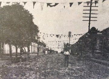 La calle pellegrini ornamentada para los corsos de carnaval, en los últimos años del siglo XIX.