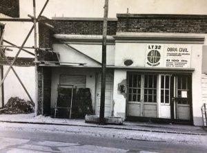 La emisora LT 32 Radio Chivilcoy, en su etapa de construcción, a principios de la década de 1970. Restauración y acondicionamiento del inmueble de la avenida Mitre Nº 924, donde funciona desde su comienzo.