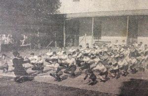 """Colegio """"Buen Consejo"""", de los sacerdotes agustinos, de la parroquia Nuestra Señora del Carmen. Clase de educación física, a cargo del profesor Lorenzo Viera, en la década de 1920."""