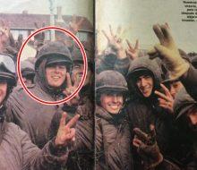 Un grupo de conscriptos, reunidos en la zona de Puerto Argentino, de las Islas Malvinas; entre los que se destaca, el soldado chivilcoyano, Carlos Javier Carrettoni (Mayo de 1982).