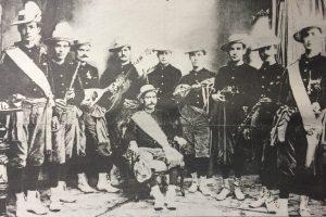 """Comparsa """"Todos o Ninguno"""", fundada y organizada por José Carlos Rodríguez, hacia el año 1910."""