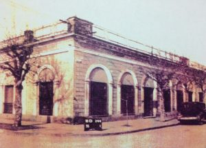 """Antigua """"Casa de la Lira"""", todo un símbolo histórico, de nuestra ciudad, que fuera demolida, a comienzo del mes de enero, de 2007. En ella, residió y falleció, el gran poeta Carlos Ortíz, el 3 de marzo de 1910."""