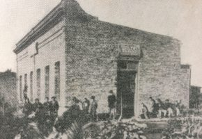 Antigua fotografía del asilo «San Pascual», salón «Poeta Carlos Guido y Spano», inaugurado el 25 de diciembre de 1910, en el barrio sud, de nuestra ciudad, en la zona de la barraca de la familia Matto.