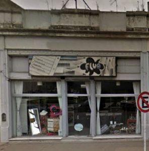 """Fachada de la reconocida y acreditada librería """"Fluo"""", que abrió sus puertas comerciales, el 17 de febrero de 1992; habiendo ya cumplido, una ininterrumpida trayectoria mercantil, de 25 años, las """"Bodas de Plata""""."""