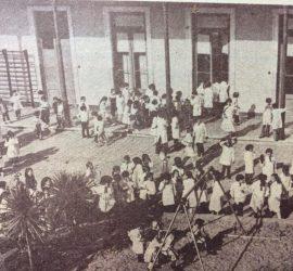 El amplio patio, de la Escuela Normal «Domingo Faustino Sarmiento».