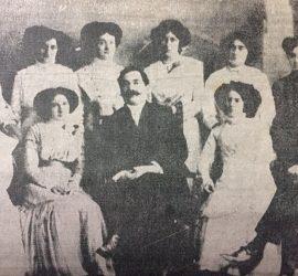 El caracterizado y prestigioso, profesor Alejandro Mathus (1870-1921), fundador y primer director de la Escuela Normal, junto a la segunda promoción de maestros normalistas, del año 1909.