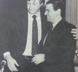 Ceremonia de asunción, como intendente municipal de Chivilcoy, del Dr. Jorge Adalberto Juancorena, el 10 de diciembre de 1987, recibiendo el gobierno, de manos del Dr. Carlos Francisco Dellepiane, jefe comunal de Chivilcoy, desde el 11 de diciembre de 1983.