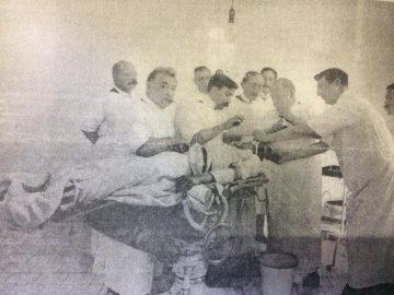 """Intervención quirúrgica de """"Cranietomía"""", practicada por el Dr. Santiago Fornos, que procedió a extirpar, una lámina ósea, de unos cuatro centímetros, a raíz de un hundimiento de cráneo, de un paciente de 20 años, como consecuencia de una lesión, en la zona parietal izquierda, ocasionada por la coz de un caballo. Dicho cuadro clínico, le producía al paciente, ataques de epilepsia jacksoniana. Dicha estampa fotográfica, data del año 1914."""