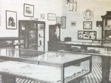 """Sala del Museo Histórico Municipal """"Francisco Anselmo Castagnino"""", cuando funcionaba en la sede de la """"Casa de la Cultura"""", durante las décadas de 1960, 1970 y 1980. Con posterioridad, se trasladó al inmueble de la calle 9 de julio 177, que gracias a la iniciativa y a la ardua labor, del entonces director del Museo, Francisco Alberto Castagnino (1924-2007), se inauguró el 5 de noviembre de 1983."""