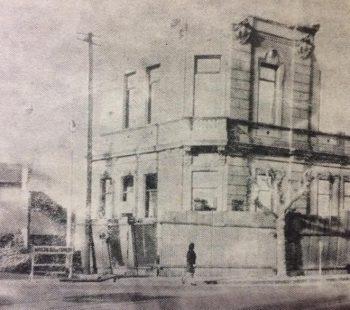 Proceso de implacable demolición, del edificio de la Escuela Nº 1 «Domingo Faustino Sarmiento», en el mes de abril de 1970. su imborrable y querido recuerdo, permanece siempre vivo, en el corazón de todos los chivilcoyanos.
