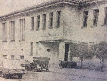 Actual edificio de la Escuela de Educación Técnica Nº 1 «Dr. Mariano Moreno», inaugurado el 22 de octubre de 1954, cuando el establecimiento docente, llevaba el nombre de «Presidente Juan Domingo Perón» (Fotografía de 1978).