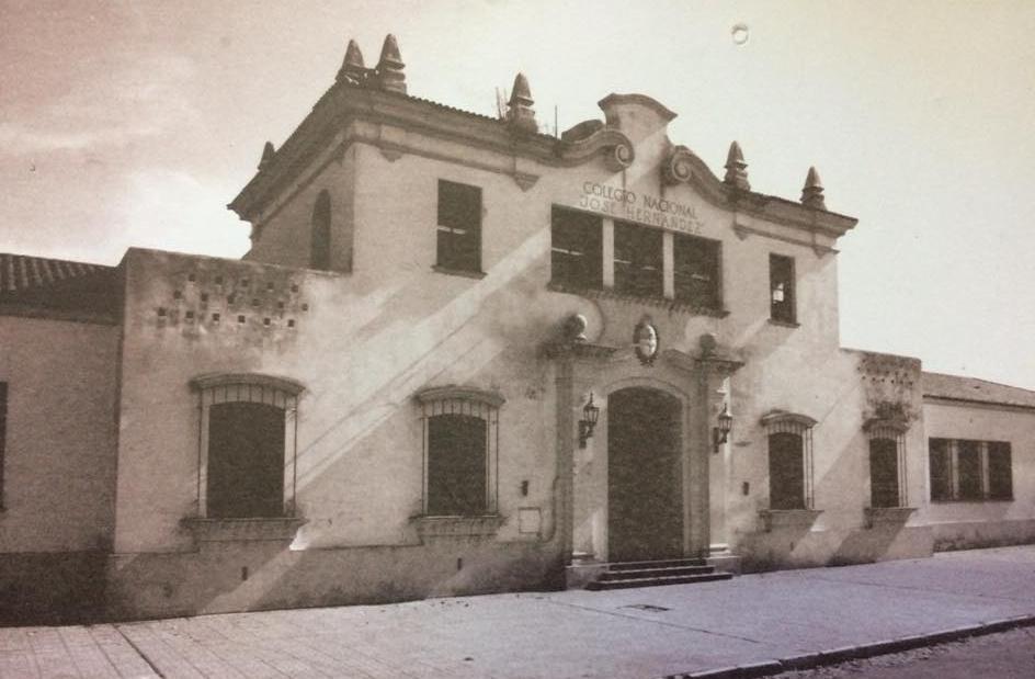 """Fachada del edificio, de típico y pintoresco estilo arquitectónico, colonial español, del Colegio Nacional """"José Hernández"""", de nuestra ciudad, inaugurado, para su 25 aniversario """"Las Bodas de Plata"""", el 17 de mayo de 1939."""