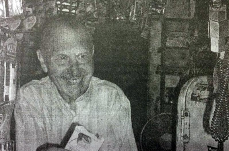 El popular y querido vecino, de la amplia barriada de la plaza Mitre, Don Domingo Ghío, nacido el 28 de octubre de 1927, y fallecido el 9 de mayo de 2017. Durante muchos años de firme y honrad labor, tuvo a su cargo, la atención del memorable kiosco de la plaza Mitre, que él mismo, había fundado y encaminado, a principios de la década de 1960.