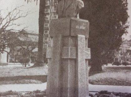 Busto de bronce, del gran catedrático, orador, tribuno católico, escritor, historiador y periodista, José Manuel Estrada (1842-1894), inaugurado el 25 de mayo de 1937.