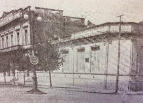Fachada de la Escuela Normal Domingo Faustino Sarmiento, hacia el año 1940, cuando se inauguró el imponente mástil, de dicho establecimiento educativo.