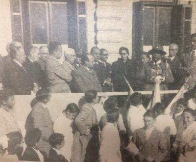 El jefe del grupo Boy Scouts, de nuestra ciudad, dirigiéndose a los presentes, en un acto patriótico de 1945.
