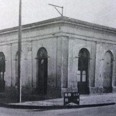 Esquina chivilcoyana, ubicada en la intersección de las calles, Belgrano y Deán Funes, donde actuó por vez primera, el Zorzal Criollo, Carlos Gardel, el 6 de abril de 1912.
