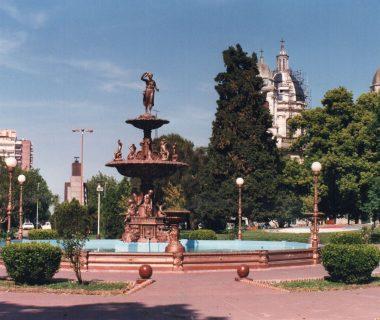 La fuente de la Diosa griega Hebe, en el centro de la plaza princial, 25 de Mayo. Se construyó, en 1886, bajo la gestión, del primer intendente municipal, Don Saturnino López. La estatua, traída de Europa, fue donada por Don Gregorio Villafañe, fundador de la tradicional «Casa Villafañe», el 3 de febrero de 1863.