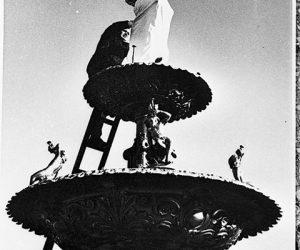 Restauración, de la estatua de la Diosa Hebe, en una instantánea, que registró el gran fotógrafo e investigador del pasado local, Ángel R. Sallago (Década de 1970).