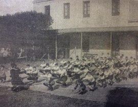 Clase de Educación Física, en el patio del Colegio «Buen Consejo», de los agustinos, abnegados y gloriosos sacerdotes y docentes, hacia la década de 1920. Dicho centro de enseñanza, cerró sus puertas, en la década de 1940.