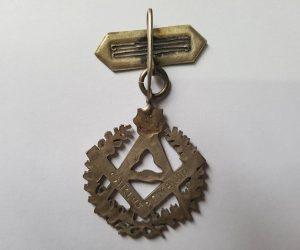 Insignia de la Masonería, con sus típicos y característicos símbolos, que perteneció a Don Carlos Armando (1867-1943), quien alcanzó el grado 24, en la logia «Luz del Oeste, del Valle de Chivilcoy».