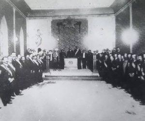 Ceremonia masónica, en el templo de la logia, «Luz del Oeste, del Valle de Chivilcoy», ubicado sobre la calle 25 de Mayo Nº84. Fotografía, de principios de siglo XX, cuando la logia, contaba con unos 80 miembros componentes.