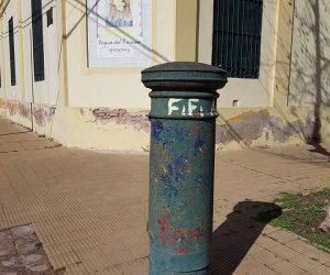 Buzón ubicado, en la intersección de las calles Pascual Grisolía y A. Villarino.