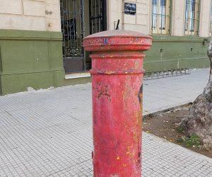 """Buzón situado en la av. Sarmiento, frente a la Escuela EGB Nº3 """"Nicolás Avellaneda"""""""