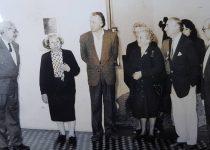 La recordada docente y autora local, María Antonia Postiglione, ex directora del Museo Municipal de Artes Plásticas Pompeo Boggio, desde el mes de Marzo de 1988, hasta diciembre de 1995. En la fotografía, aparece junto al profesor Oscar Luis Isnardi, secretario de Cultura, de la comuna, durante la administración municipal, del Dr. Jorge Adalberto Juancorena