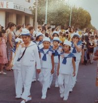 Desfile de niños, del insituto Brumana, en la década  de 1980.