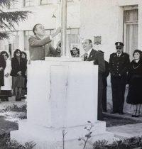 El pabellón nacional, es izado, en el mástil del Instituto Brumana, durante un acto, realizado en la década de 1980. Enarboló la bandera, el entonces Secretario de Gobierno y Hacienda de la Municipalidad, Agrimensor Héctor Miguel Massino.