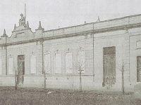 Estampa fotográfica, del antiguo y vetusto edificio, de la Escuela primaria Nº 6 «Bernardino Rivadavía», que se demolió, entre los años, 1956 y 1958. Dicho Establecimiento educativo, había comenzado, su labor pedagógica, el 13 de julio de 1879.