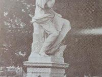 Estatua de Clío, la Musa de la Historia, ubicada en la plaza principal, 25 de Mayo, frente al Palacio Municipal. Allí, en ese mismo sitio, Don Valentín Fernández  Coria (1821-1897), clavó la histórica y verdadera pala fundadora, aquel domingo 2 de octubre de 1854, cuando nació, nuestra ciudad de Chivilcoy.