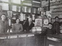 Estampa fotográfica, de la familia Yapor: Don Jorge Simón Yapor, su esposa, María Cura, y sus hijos Miguel Eduardo y Simón.