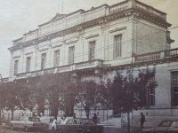 Imponente y majestuoso edificio, de la Escuela Normal «Domingo Faustino Sarmiento», sobre la avenida, Dr. José León Suárez.  Se habilitó, en el año 1912.
