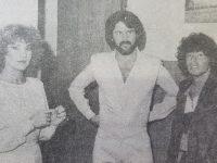 """El popularizado dúo """"Los Pimpinelas"""", junto al gran astro del fútbol, Diego Armando Maradona, durante su visita a Chivilcoy, en 1983."""