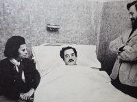 Fotografía, poco divulgada, del Dr. Raúl Ricardo Alfonsín, internado, a raíz de un accidente automovilístico, sin graves consecuencias, sufrido en 1972, durante la interna radical, de aquel año.
