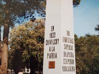 El fundador y director-organizador del Archivo Literario Municipal, Carlos Armando Costanzo, junto al mástil de la plaza 25 de Mayo, restaurado por su iniciativa y labor realizadora, en el año 2003. Dicha imagen, de 2003, fue captada, por el diestro y prestigioso fotógrafo local, Ricardo Lito Grignoli.