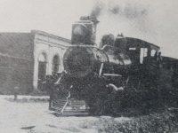 El tren, atravesando la calle Pueyrredón, a principios del siglo XX, cuando por entonces, las vías férreas, se extendían por esa arteria, del radio urbano de nuestra ciudad. Las citadas vías, que cruzaban, las calles Pueyrredón y Gral. Paz, se levantaron, finalmente, entre los años 1908 y 1909.