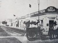 Vieja y clásica esquina, en la intersección de las calles, Pellegrini y Rivadavia, frente a la plaza principal 25 de Mayo.
