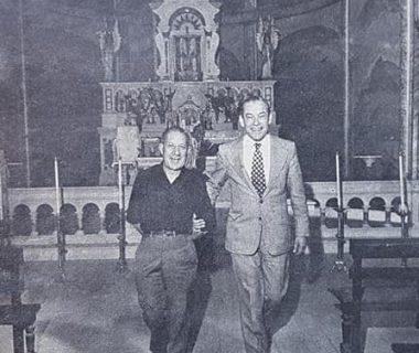 El Dr. Falabella, en los ámbitos de la iglesia Nuestra Señora del Carmen, junto al párroco de entonces, el prebítero Toribio G. de la Calva (Década de 1970).
