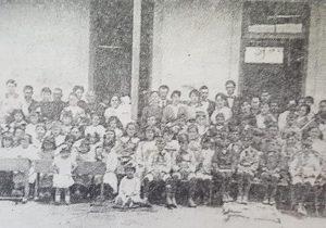 La Escuela primaria Nº 26 «Paula Albarracín», hacia el año 1916. En dicha estampa fotográfica, se observa, a la educacionista y directora, Doña Clementina Simonelli de Gatti, junto a sus alumnos, los cuales, en aquel momento, sumaban más de 60.