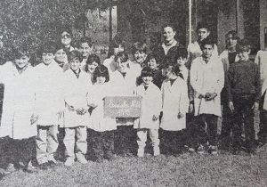 La Escuela Nº 26, en una fotografía, del mes de Julio de 1965. Un conjunto de alumnos, del citado establecimiento, con la docente, Mabel Polito, y la directora, Silvia Cuervo.