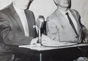 El caracterizado y prestigioso, músico, escritor, filósofo, conferenciante y docente, profesor Domingo Mundo (1912-1998), -a la derecha de la fotografía-, quien, en junio de 1981, hubo de rescatar, el desconocido libro «La Argentina que yo he visto», de Manuel Gil de Oto, aparecido en España, hacia 1914. Junto al profesor Mundo, el eximio y destacado poeta, escritor y periodista chivilcoyano, Ernesto Domingo Marrone (1911-1986).