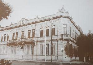 El imponente y majestuoso edificio, de la Escuela primaria Nº 1 «Domingo Faustino Sarmiento», fundada por la Corporación Municipal, en 1866. Glorioso símbolo, monumento y bastión, en la historia de la enseñanza chivilcoyana, dicha Escuela, fue, infortunadamente, demolida, en el mes de abril de 1970. Todavía, la comunidad local, lamenta y llora, su entrañable y penosa ausencia…
