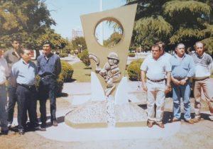 Los ex combatientes chivilcoyanos, de Malvinas, frente al monumento, de la plaza principal 25 de Mayo, inaugurado el 6 de diciembre de 1999.