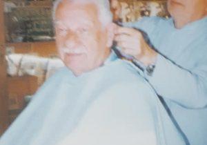 El peluquero Rafael Macedonio, junto a su cliente, el profesor Eduardo Polliaroli.