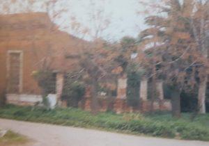 La antigua casa, del eximio poeta, escritor y periodista chivilcoyano, Ernesto Domingo Marrone (1911-1986). La finca, que estaba ubicada, en la intersección de las calles, Padre Zacarías y Chacabuco, fue demolida, hacia el año 1998.